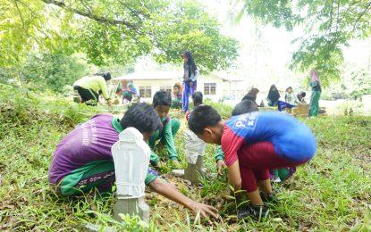 Puluhan Siswa SDN 001 Lingga Timur Bersih-bersih TPU dan Rumah Ibadah