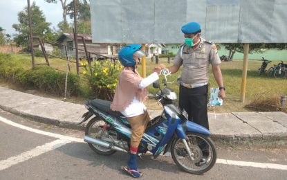 Prihatin Ancaman ISPA, Kapolsek Daik Lingga Beserta Jajaran Bagikan Masker