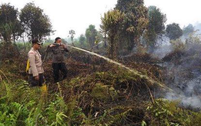 Kapolsek Mandau bersama Tim Gabungan Padamkan Karhutla di Daerah Pematang Pudu