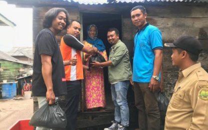 Baru Saja Terbentuk, PK KNPI Kecamatan Bakong Serumpun Bagikan Paket Sembako