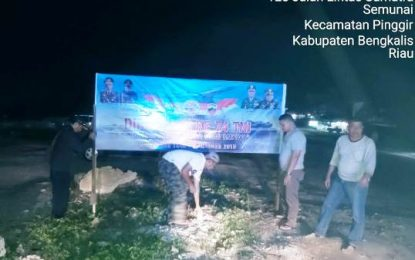 Sinergitas TNI-Polri, Polsek Pinggir Pasang Spanduk Ucapan Dirgahayu TNI ke-74