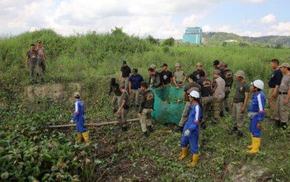 Tim Terpadu Bersihkan Eceng Gondok di Waduk Duriangkang