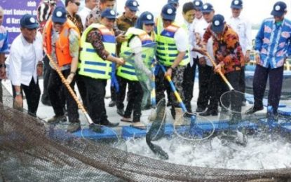 Menteri Kelautan dan Perikanan Serahkan 50 Ribu Ekor Benih Ikan untuk Nelayan