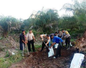 Antisipasi Karhutla, Polsek Pinggir bersama Warga Bangun Kanal Blocking