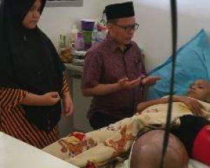 Ketua DPRD Kabupaten Bengkalis Jenguk Pasien Penderita Kanker Tulang