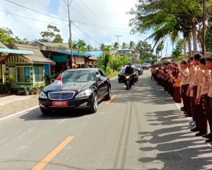 Disambut Ribuan Pelajar, Jokowi Bagikan Kaos