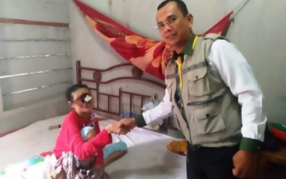 Baznas Rohil Berikan Bantuan untuk Ibu Rukiah Berobat