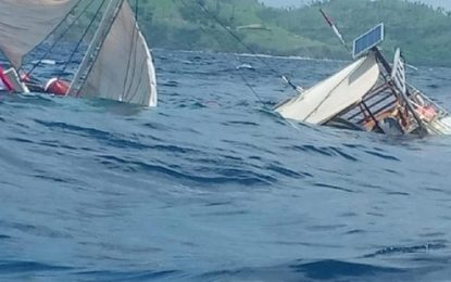 Kapal Phinisi Angkut Wartawan Terbalik di Labuan Bajo