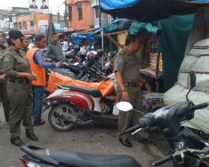 Petugas Satpol PP Kembali Tertibkan Pedagang Kaki Lima di Pasar Mandau