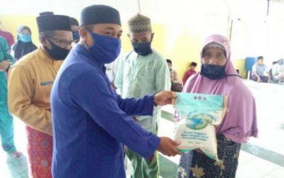 Wakil Bupati Lingga Bagikan Beras Hasil Panennya di Dusun Tukul