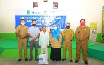 Wabup Natuna Serahkan Paket CSR Sembako di Bunguran Tengah