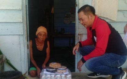 Jelang Lebaran, FKPS Salurkan Bansos Pada Warga Kurang Mampu