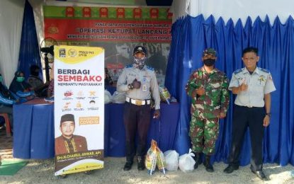 Tetap Betugas di Ramadhan dan Idul Fitri, Chairul Anwar Berbagi dengan Petugas Pos Pengamanan PSBB