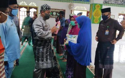 Safari Ramadhan, Wakil Bupati Lingga Bagikan Sembako di Dua Kecamatan