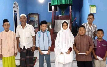 Jelang Lebaran, Pengurus Mesjid Nuru Falah Menyerahkan Bantuan Kepada Anak Yatim