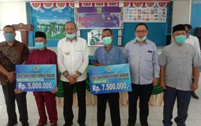 Meski Libur, Hamid Rizal Tetap Serahkan Bantuan Sembako di Pulau Laut
