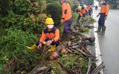 Cegah Banjir dan DBD, Elkadar Lesmana Bersama Rombongan Bersihkan Drainase