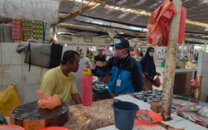 Satgas Covid 19 Karimun Cek Suhu Pedagang dan Pembeli di Pasar Teluk Uma dan Pasar Bukit Tembak