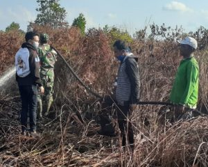 Tim Relawan LBH Brata Jaya Riau Ikut Berjibaku Padamkan Bibit Bara Api