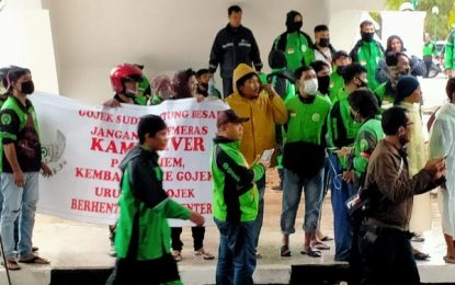 Gojek Batam Kembali Berorasi di Halaman Gedung DPRD Batam