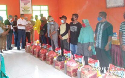Bupati Abdul Haris Bagikan Bansos Tahap Ketiga di Desa Batu Berapit Kecamatan Jemaja