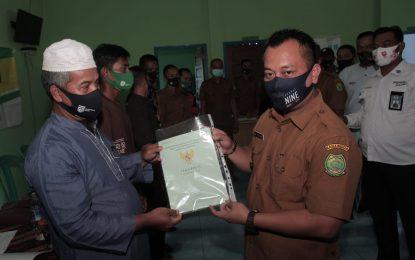 Wabup Lingga Serahkan 158 Sertifikat Tanah Gratis di Desa Belungkur