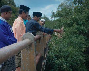 Melarungkan Bungkusan Ketupat, Simbol Keselamatan Kampung
