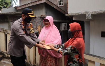 Tinjau Rumah Warga yang Tertimpa Pohon Tumbang, Kapolres Anambas Berikan Santunan