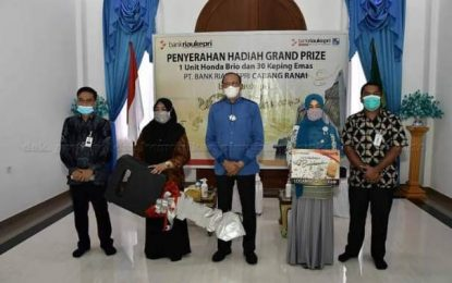 Hamid Rizal Serahkan Hadiah Grand Prize Bank Riau Kepri