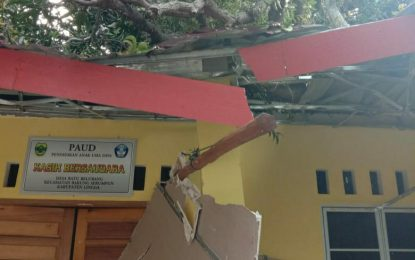 Sekolah Paud Desa Batu Belubang di Lingga Hancur Tertimpa Pohon Tumbang