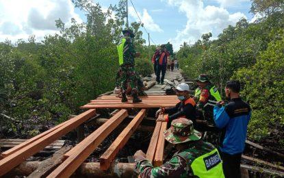 Koramil 03/Sedanau Gotong Royong Rehab Jembatan Setungkuk