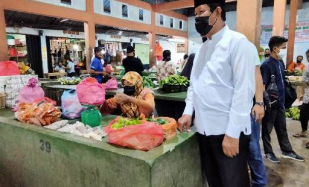 Kunjungi Pasar Civing Jaya, Pedagang : Kami Bersama Pak Isdianto