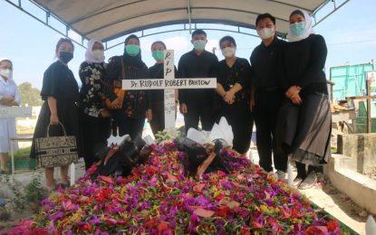 Puluhan Dokter dan Perawat Ziarah ke Makam dr Rudolf Robert Pantow